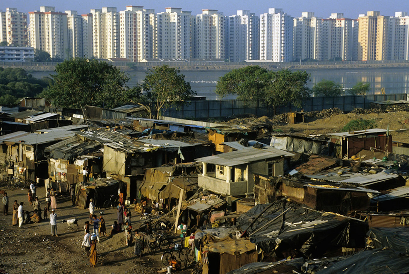 Mumbai slums in front of Cuffe Parade luxury condos :  DAILY LIFE; The Rich, the Poor & the Others : Viviane Moos |  Documentary Photographer
