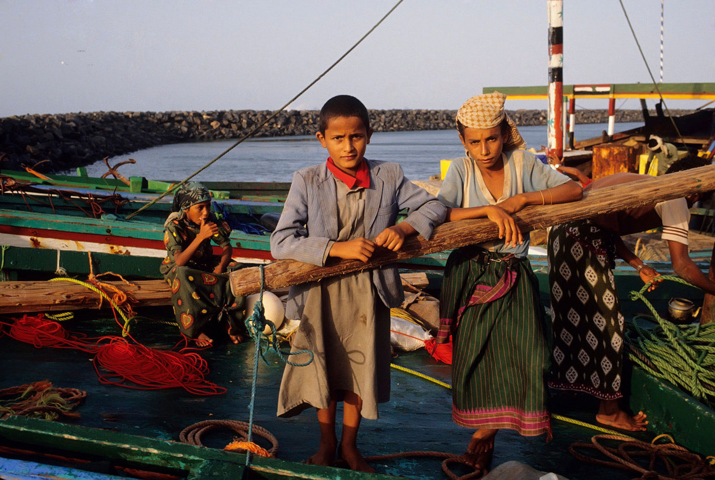 Young fisherboys in Yemen harbor. :  DAILY LIFE; The Rich, the Poor & the Others : Viviane Moos |  Documentary Photographer