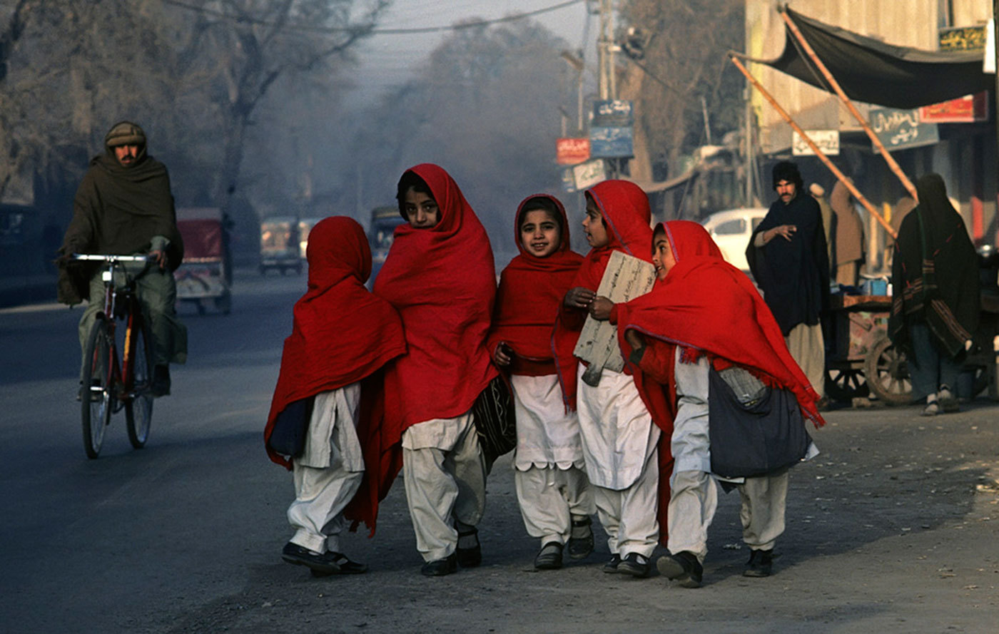 Young school girls on their way to Koranic school. Peshawar, Pakistan. :  DAILY LIFE; The Rich, the Poor & the Others : Viviane Moos |  Documentary Photographer