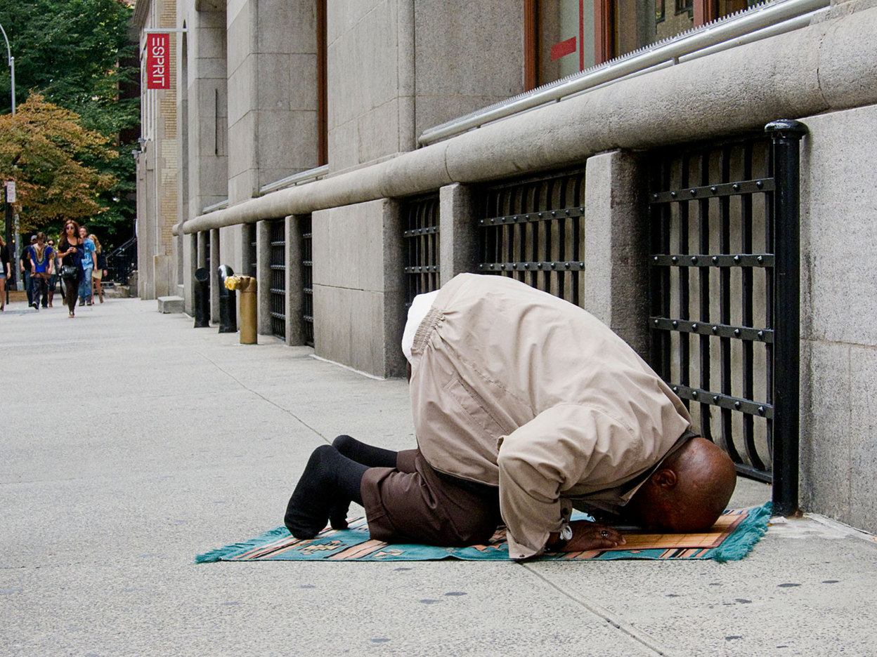 praying on the sidewalk in New York City : RELIGION : Viviane Moos |  Documentary Photographer