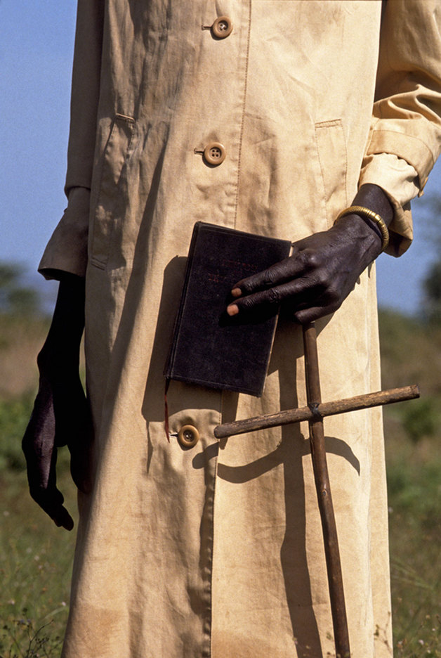 Christian  Sudanese Dinka with his bible and crucifix : RELIGION : Viviane Moos |  Documentary Photographer