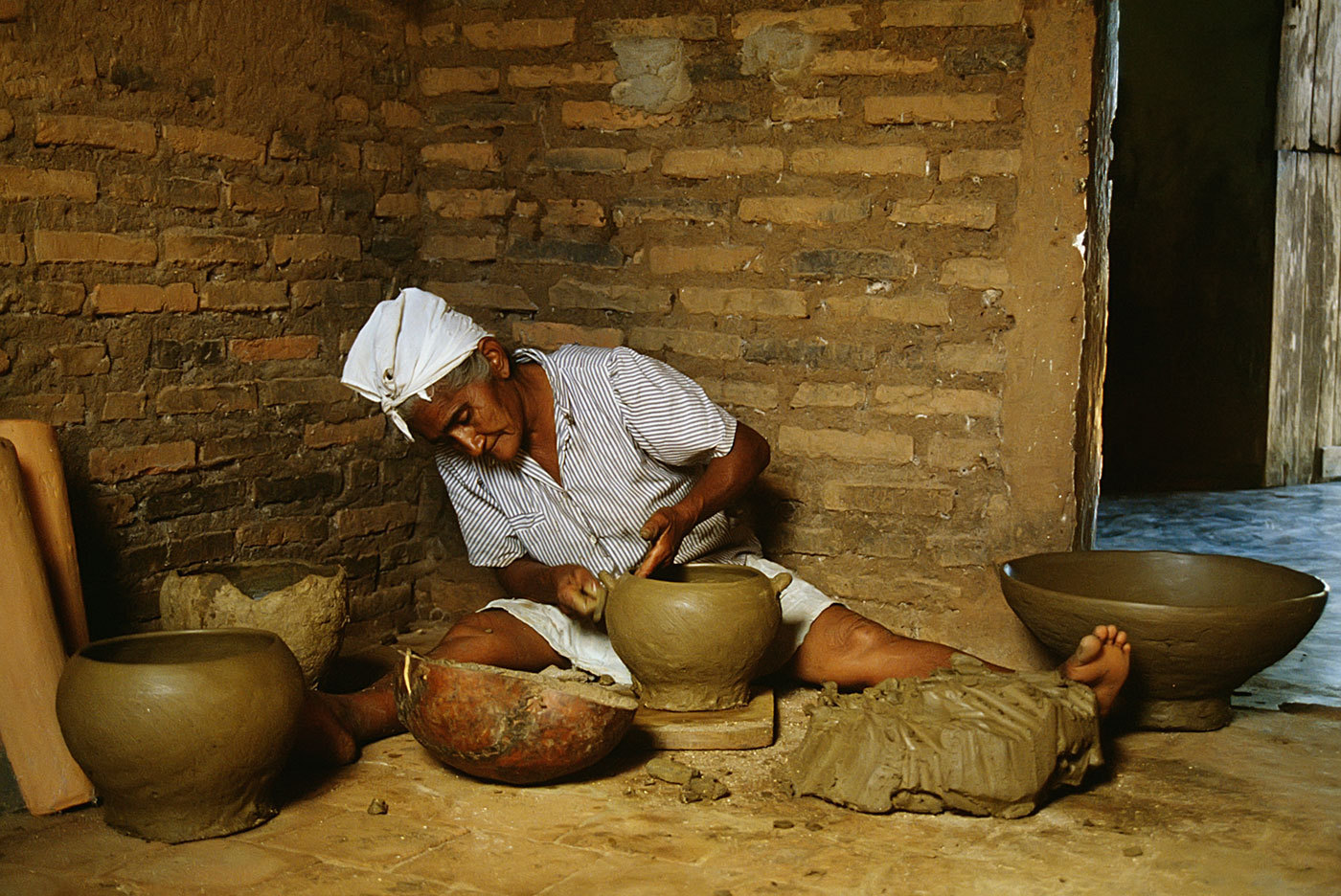 Home business - making pottery for sale, north rural Brazil : BUSINESS & INDUSTRY : Viviane Moos |  Documentary Photographer