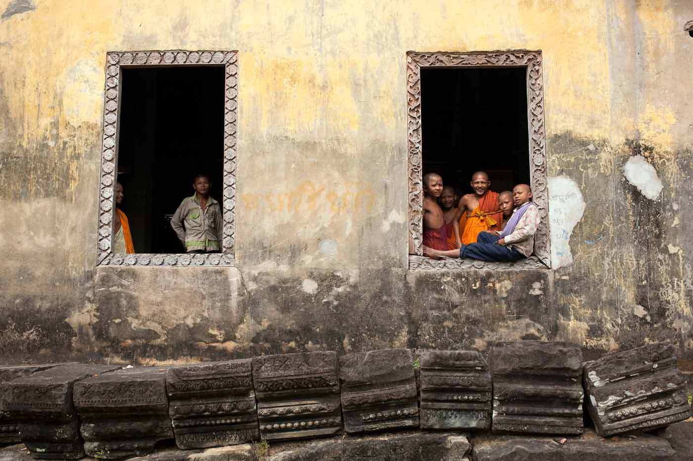 Young Cambodian monks in an Angkor Wat temple  :  DAILY LIFE; The Rich, the Poor & the Others : Viviane Moos |  Documentary Photographer