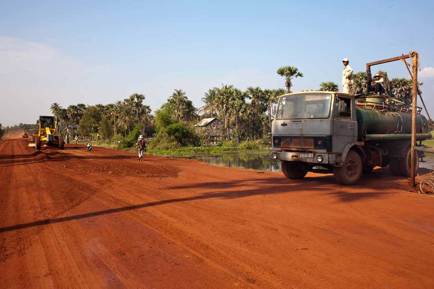 Building new roads in Cambodia : BUSINESS & INDUSTRY : Viviane Moos |  Documentary Photographer