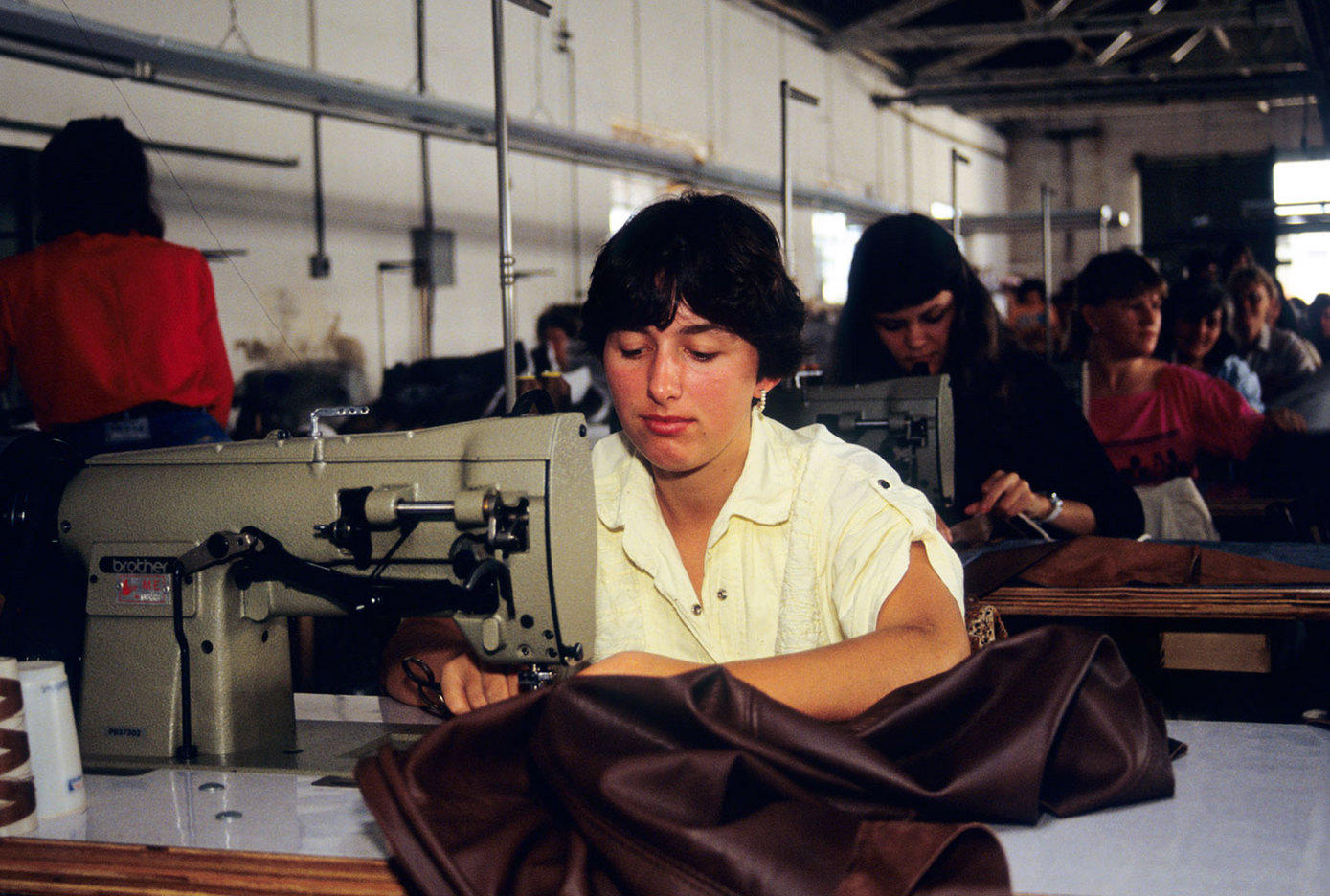 Women sewing clothing in a factory on the Mexico border. : BUSINESS & INDUSTRY : Viviane Moos |  Documentary Photographer